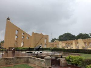 インド ジャイプール ジャンタルマンタル 雨季